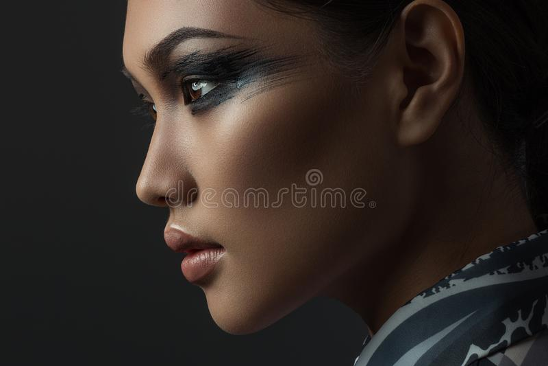 Portrait de belle fille asiatique avec le maquillage créatif d'art Décrivez rentré le studio sur un fond noir photographie stock libre de droits