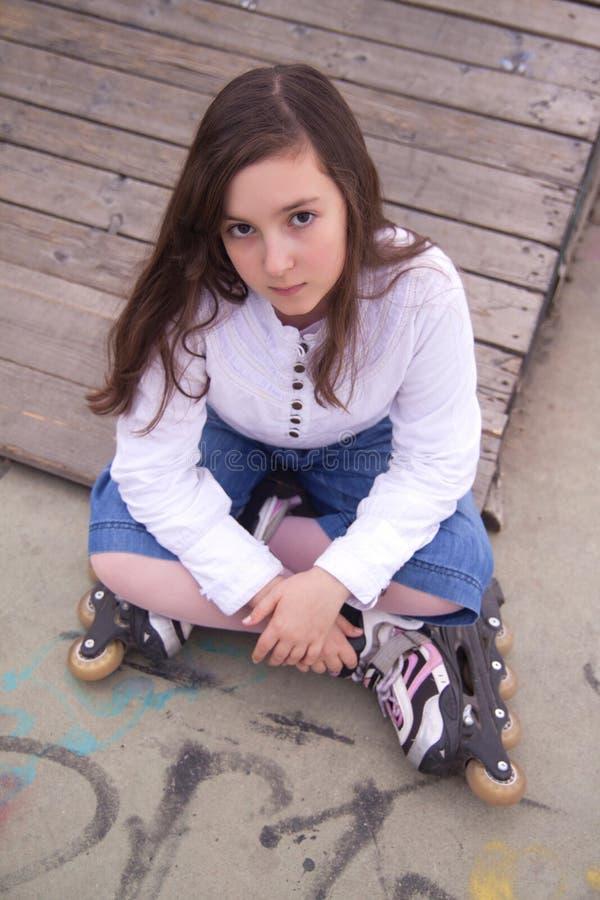 Portrait de belle fille avec des patins photos libres de droits