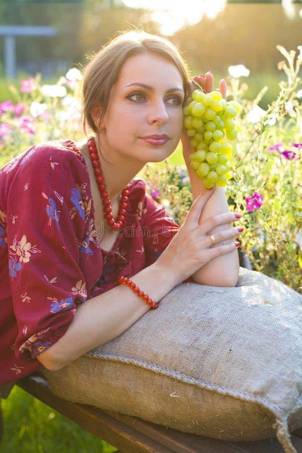 Portrait de belle fille avec le groupe de raisins photographie stock libre de droits