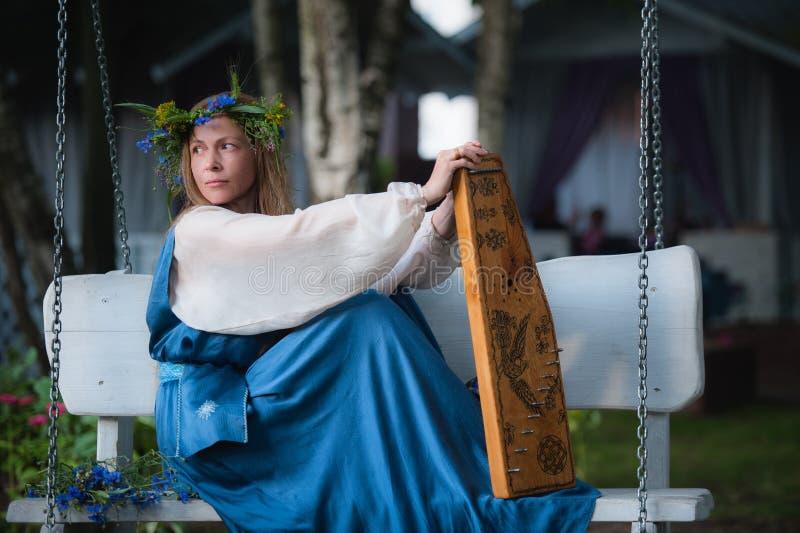 Portrait de belle fille avec le gusli d'instrument de musique photo stock