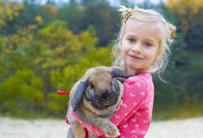 Portrait de belle fille avec le lapin photographie stock