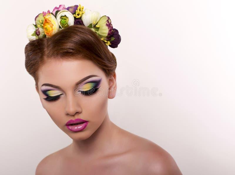 Portrait de belle fille avec le maquillage lumineux et le bandeau images libres de droits
