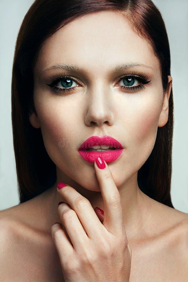 Portrait de belle fille avec les lèvres roses. photographie stock