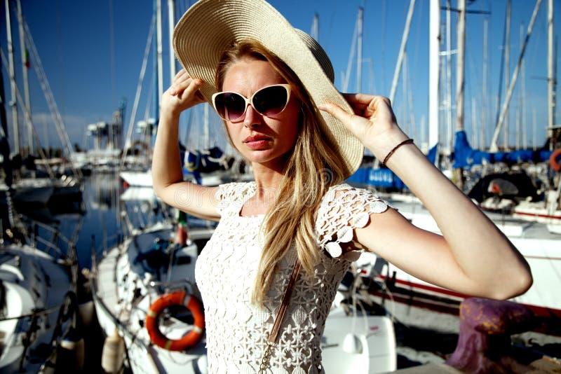 Portrait de belle fille blonde photographie stock libre de droits