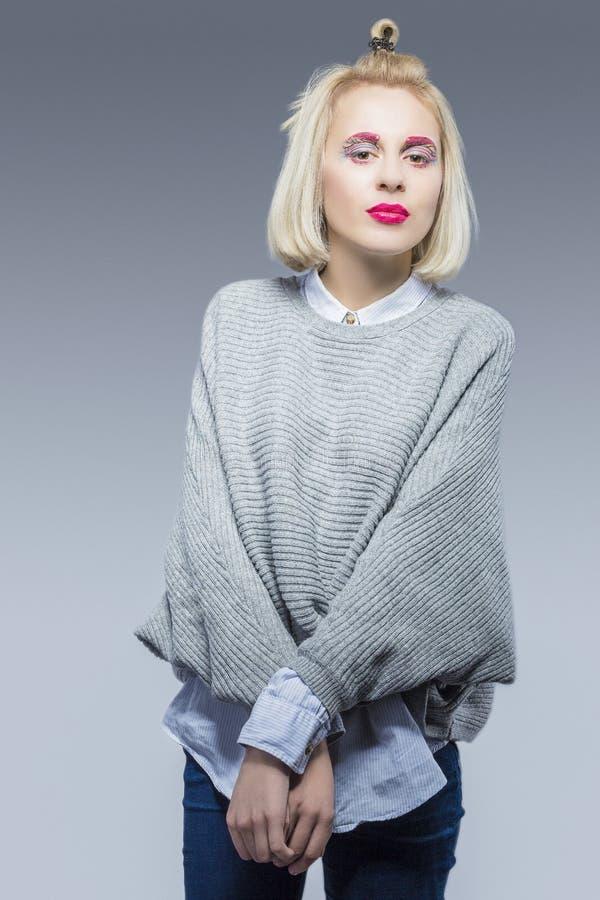 Portrait de belle fille blonde caucasienne en Gray Rough Sweater images stock