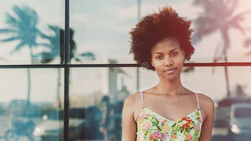 Portrait de belle fille brésilienne noire de l'adolescence image libre de droits