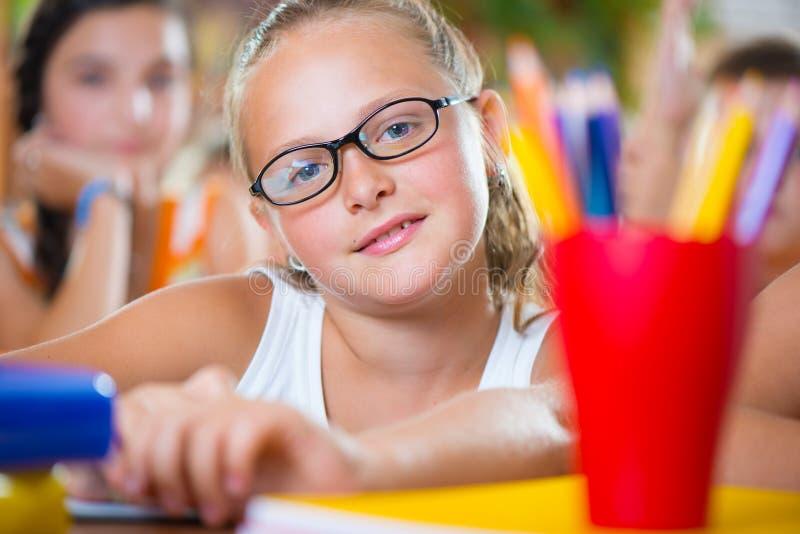 Portrait de belle fille d'écolière image stock