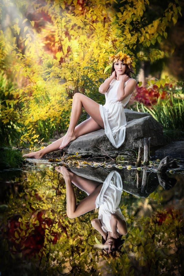 Portrait de belle fille dans la forêt. fille avec le regard féerique dans la pousse automnale. La fille avec automnal composent et images libres de droits