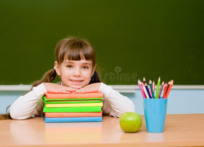 Portrait de belle fille dans la salle de classe image stock