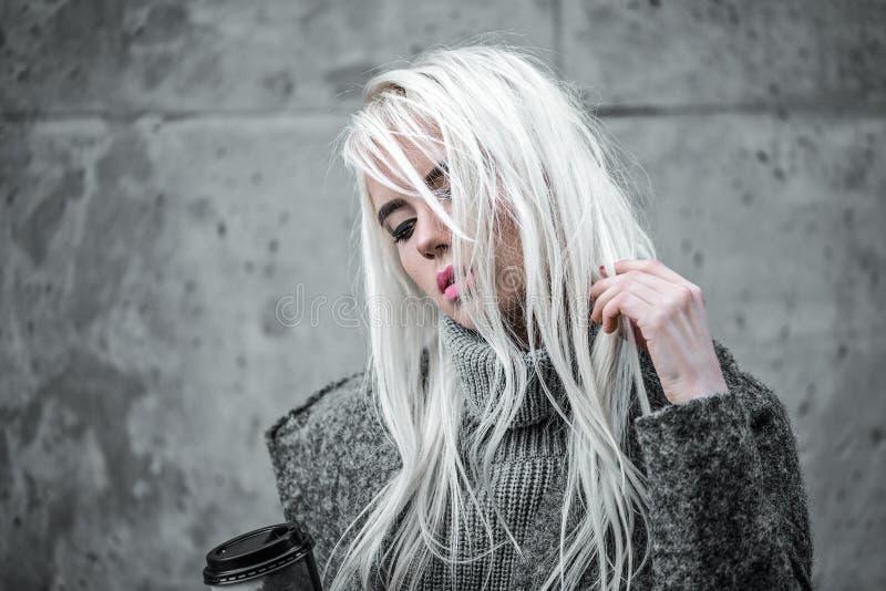 Portrait de belle fille dehors photos libres de droits