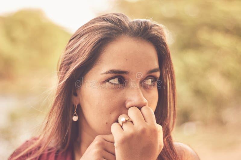 Portrait de belle fille de Latina dehors photographie stock libre de droits