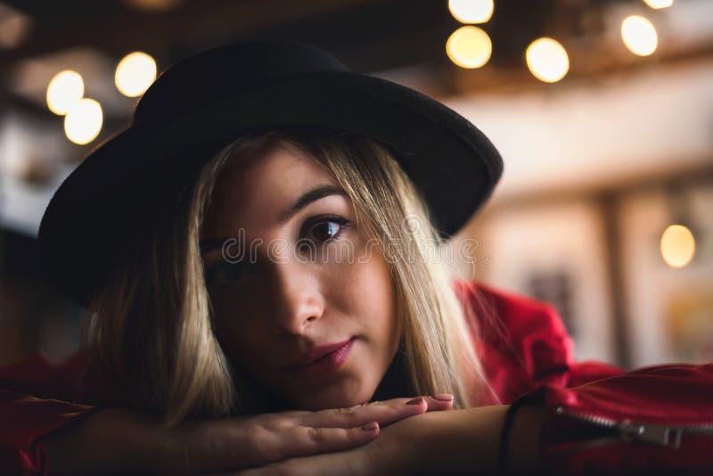 Portrait de belle fille urbaine dans le club de café culture moderne de la jeunesse image libre de droits