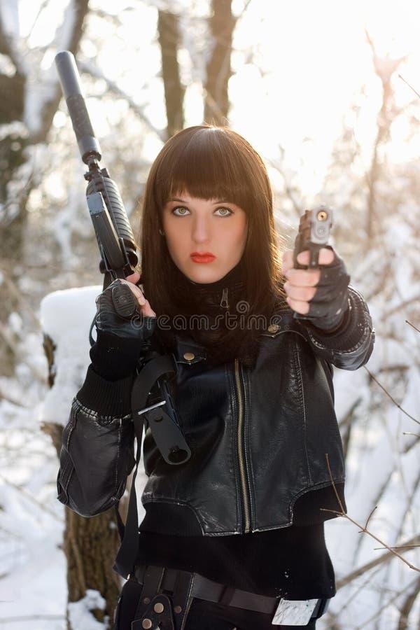 Portrait de belle jeune dame armée image libre de droits