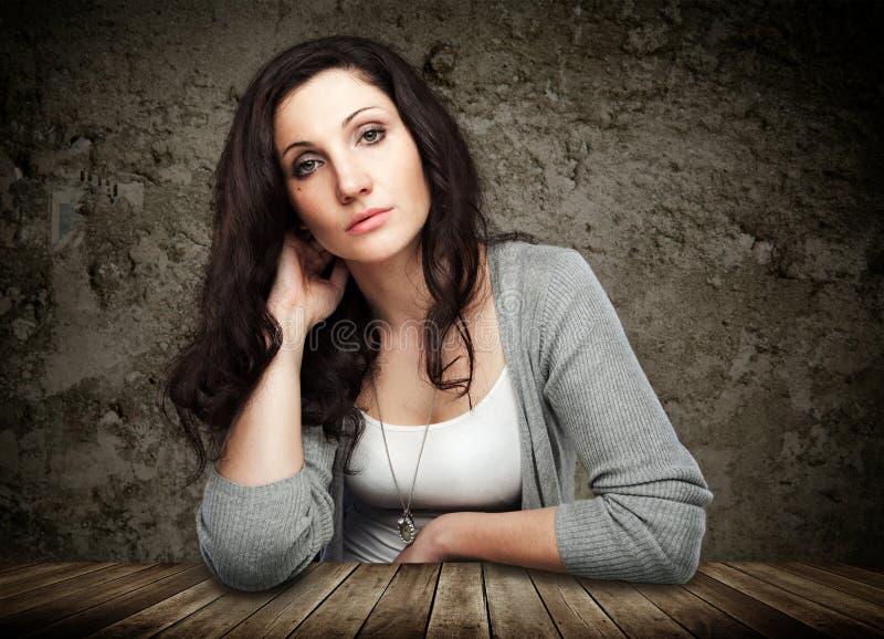 Portrait de belle jeune femme photo stock