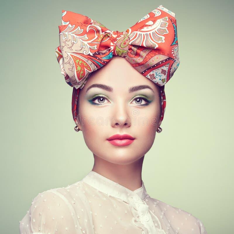 Portrait de belle jeune femme avec l'arc photos stock