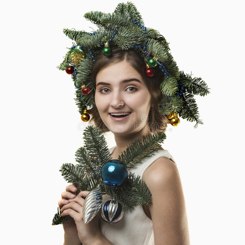 Portrait de belle jeune femme avec la guirlande de Noël Beautif photo libre de droits