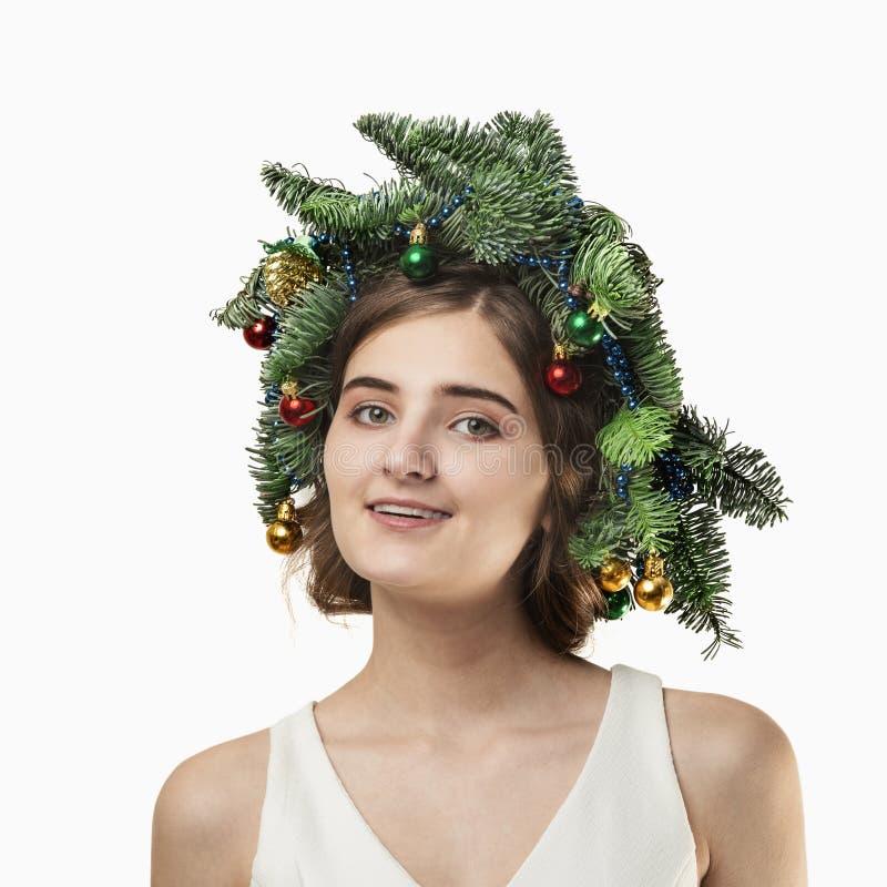 Portrait de belle jeune femme avec la guirlande de Noël Beautif photographie stock