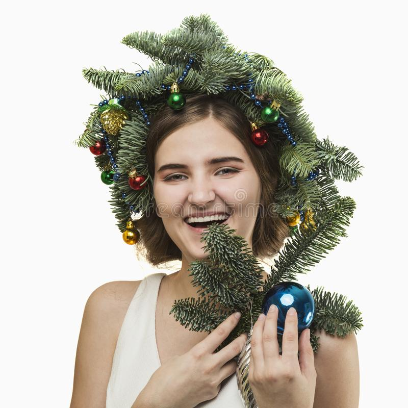 Portrait de belle jeune femme avec la guirlande de Noël Beautif photos stock