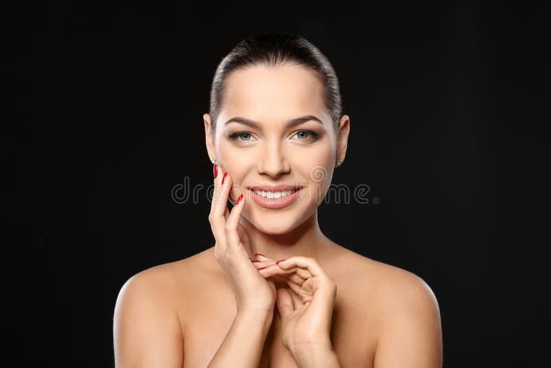 Portrait de belle jeune femme avec la manucure lumineuse Tendances de vernis ? ongles photo libre de droits