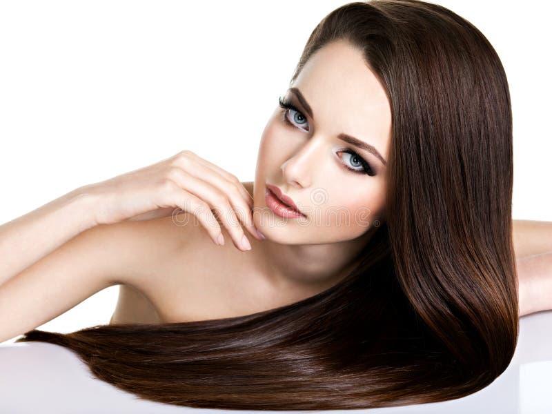 Portrait de belle jeune femme avec les cheveux bruns longtemps droits photo libre de droits