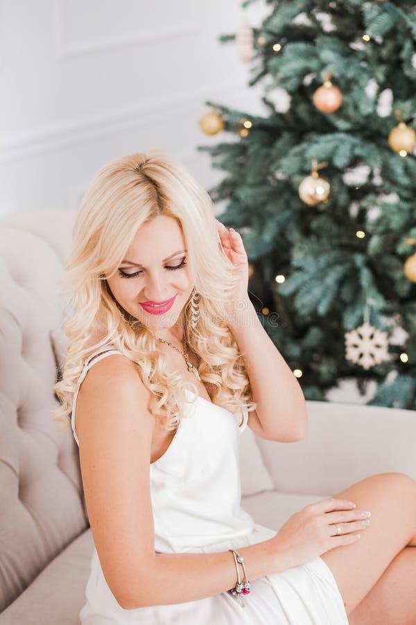 Portrait de belle jeune femme avec de longs cheveux blonds photo stock