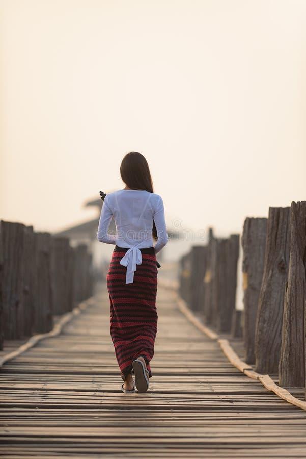 Portrait de belle jeune femme birmanne de sourire image stock