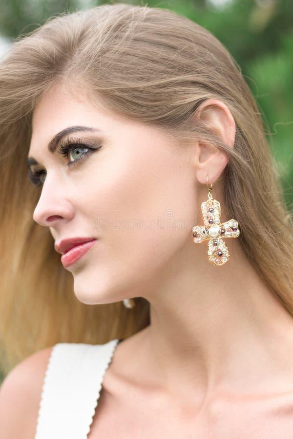 Portrait de belle jeune femme blonde dehors images stock