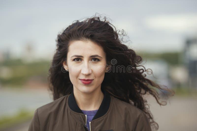 Portrait de belle jeune femme caucasienne avec de longs cheveux bouclés image stock