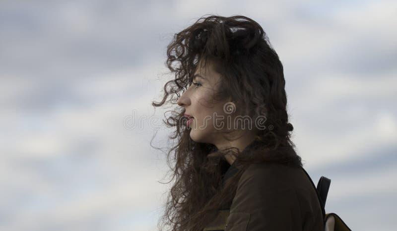 Portrait de belle jeune femme caucasienne avec de longs cheveux bouclés photos libres de droits