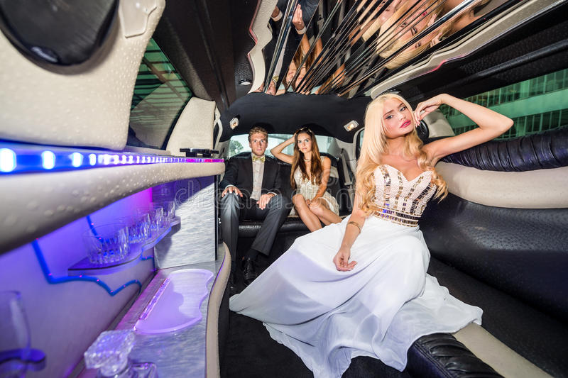Portrait de belle jeune femme dans la robe de soirée voyageant avec photographie stock libre de droits