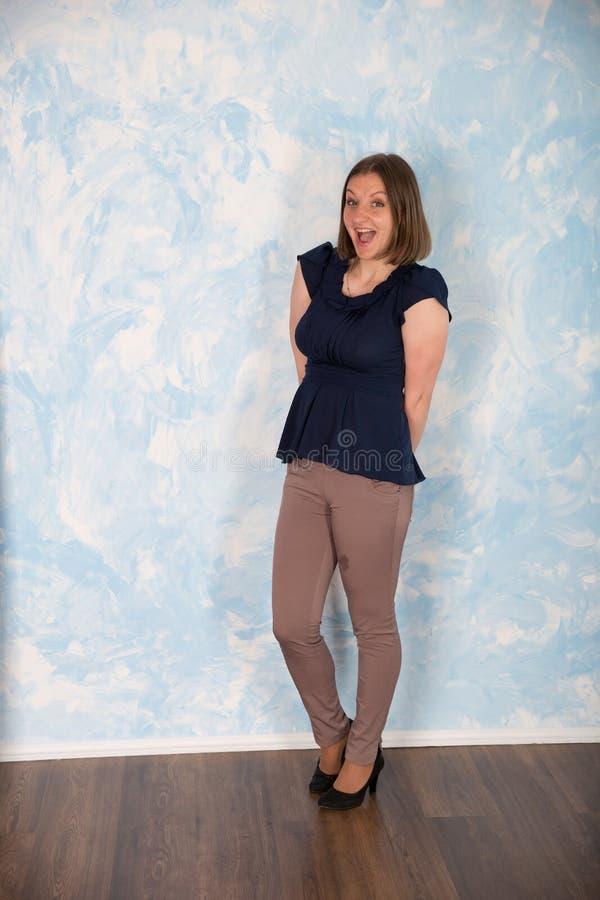 Portrait de belle jeune femme dans le studio photo libre de droits