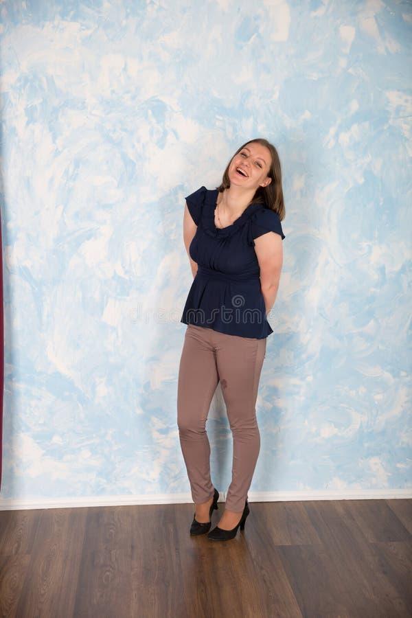 Portrait de belle jeune femme dans le studio photographie stock libre de droits