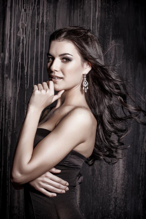 Portrait de belle jeune femme de brune avec de longs cheveux bouclés photos stock