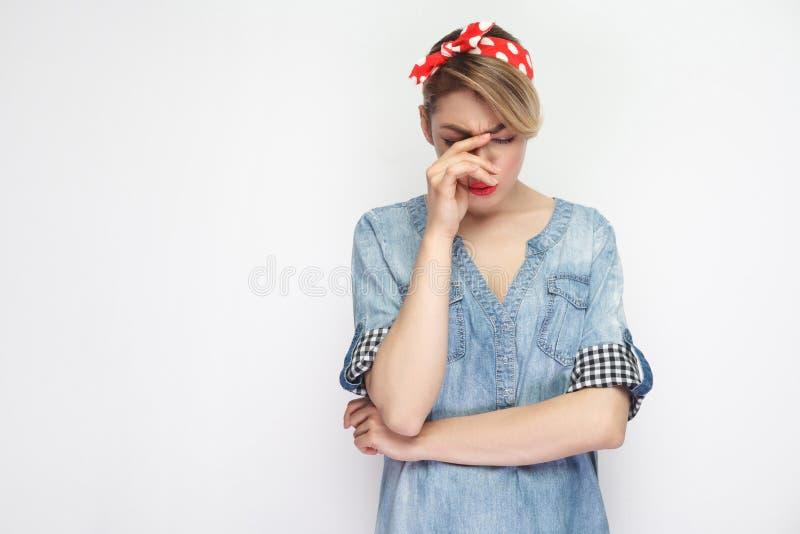 Portrait de belle jeune femme malheureuse déprimée dans la chemise bleue occasionnelle de denim avec la tête rouge de participati photo libre de droits
