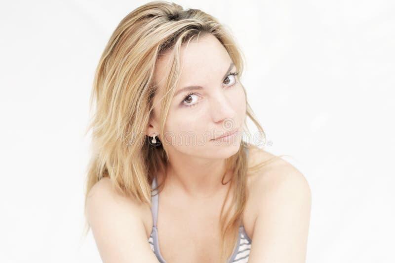 Portrait de belle jeune femme mince sexy avec de longs cheveux et de regard doux sur le fond blanc photographie stock libre de droits