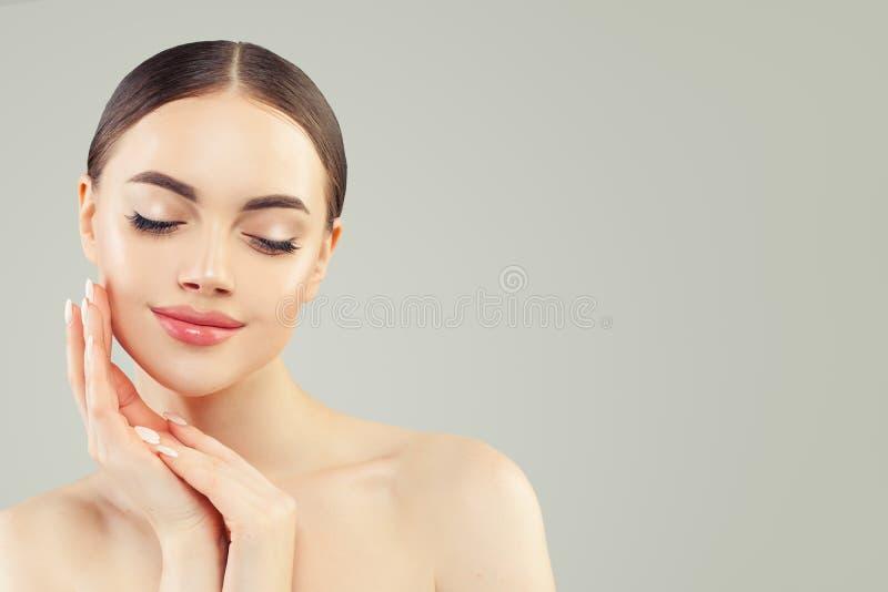 Portrait de belle jeune femme parfaite avec la peau claire Soins de la peau et traitement facial image libre de droits