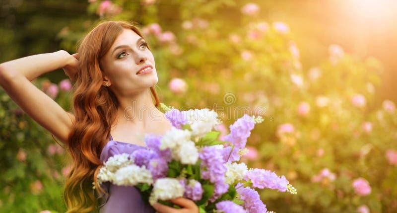 Portrait de belle jeune femme posant avec des lilas photographie stock libre de droits