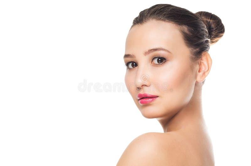 Portrait de belle jeune femme de sourire sur le fond blanc d'isolat Station thermale, soin, visage propre et peau photographie stock