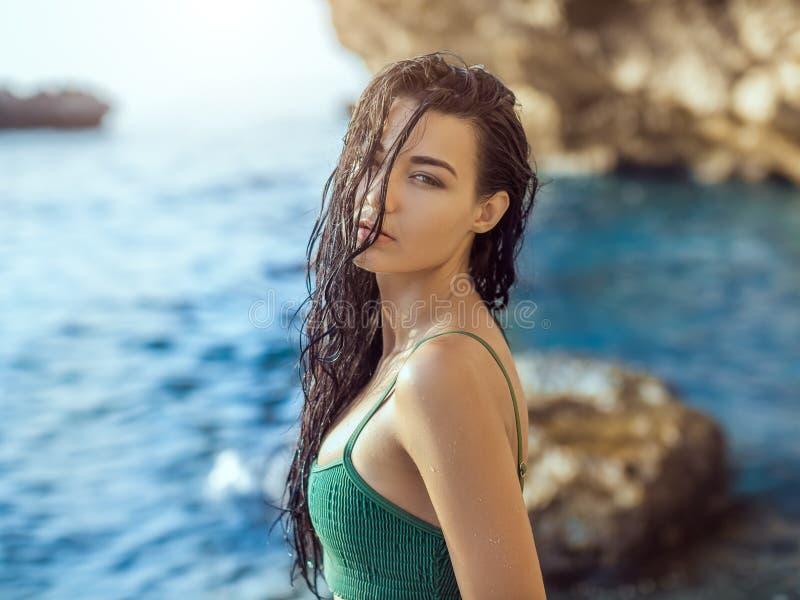 Portrait de belle jeune femme sur la plage rocheuse sauvage photos libres de droits