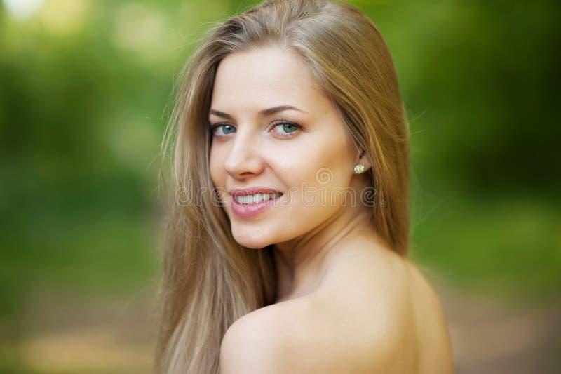 Portrait de belle jeune fille avec la peau propre sur le joli visage images libres de droits