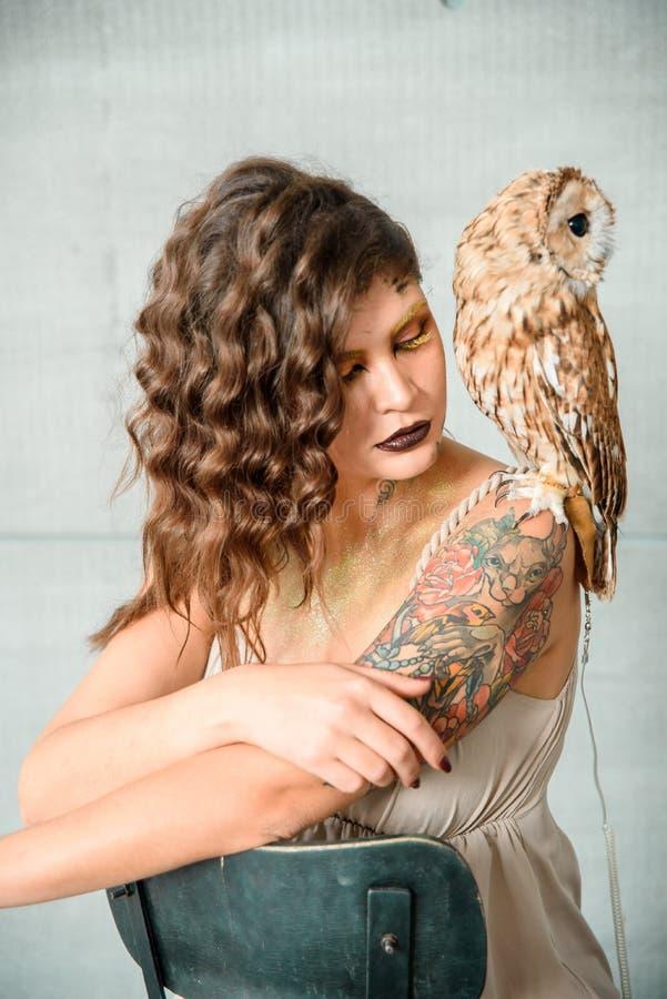 Portrait de belle jeune fille avec le hibou photo libre de droits