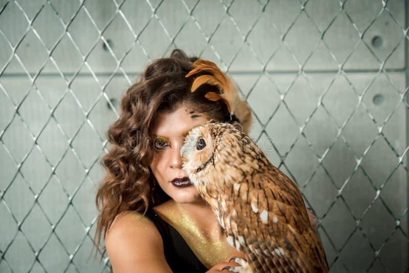 Portrait de belle jeune fille avec le hibou photographie stock
