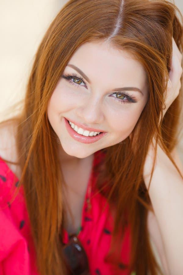 Portrait de belle jeune fille avec les cheveux rouges magnifiques photos libres de droits