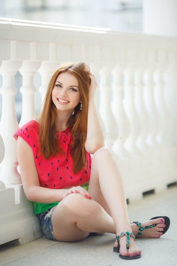 Portrait de belle jeune fille avec les cheveux rouges magnifiques images stock