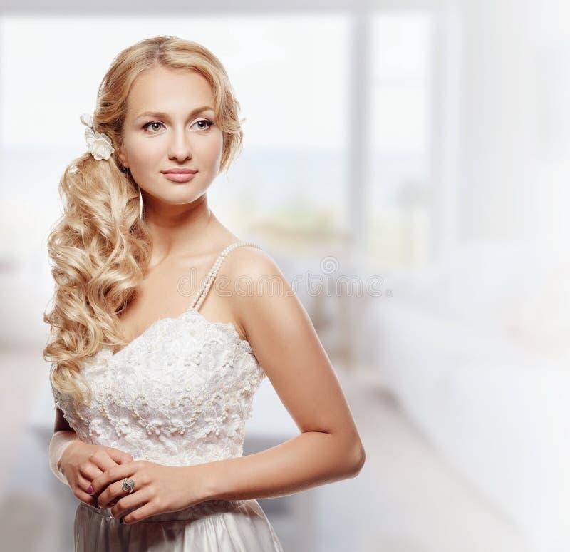 Portrait de belle jeune jeune mariée de mode images stock