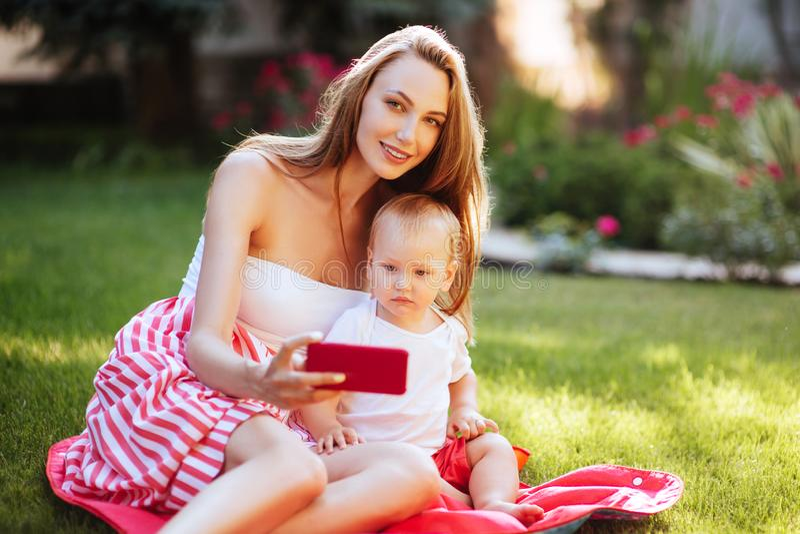 Portrait de belle jeune mère avec son fils photographie stock libre de droits