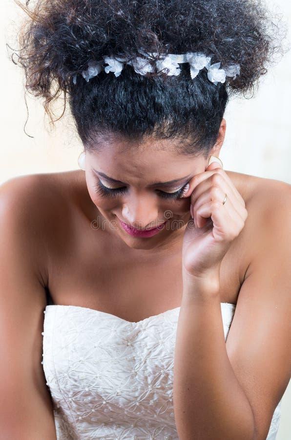 Portrait de belle jeune mariée émotive navrée photos stock