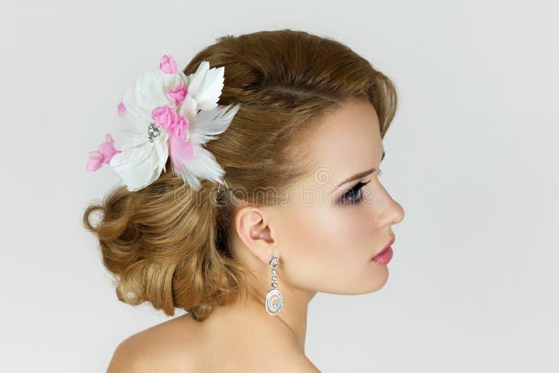 Portrait de belle jeune mariée photo stock