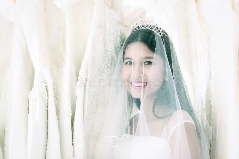 Portrait de belle jeune mariée asiatique de cheveux noirs avec heureusement le sourire images libres de droits