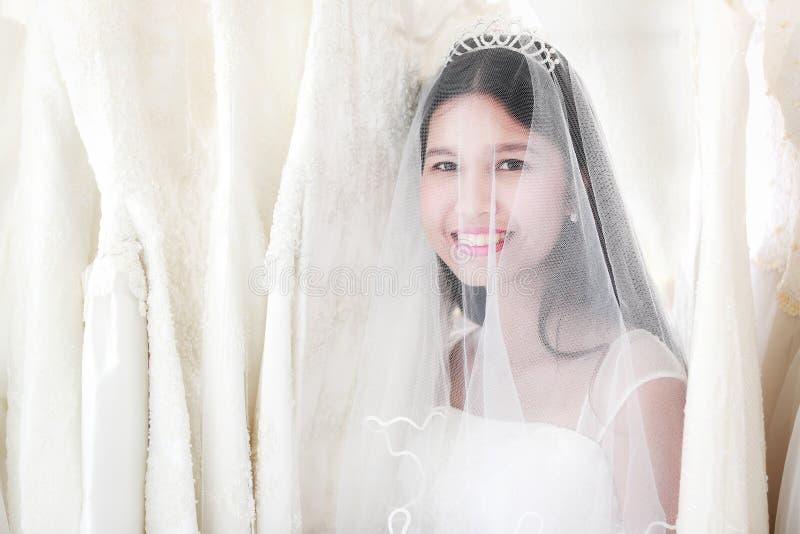 Portrait de belle jeune mariée asiatique de cheveux noirs avec heureusement le sourire image libre de droits